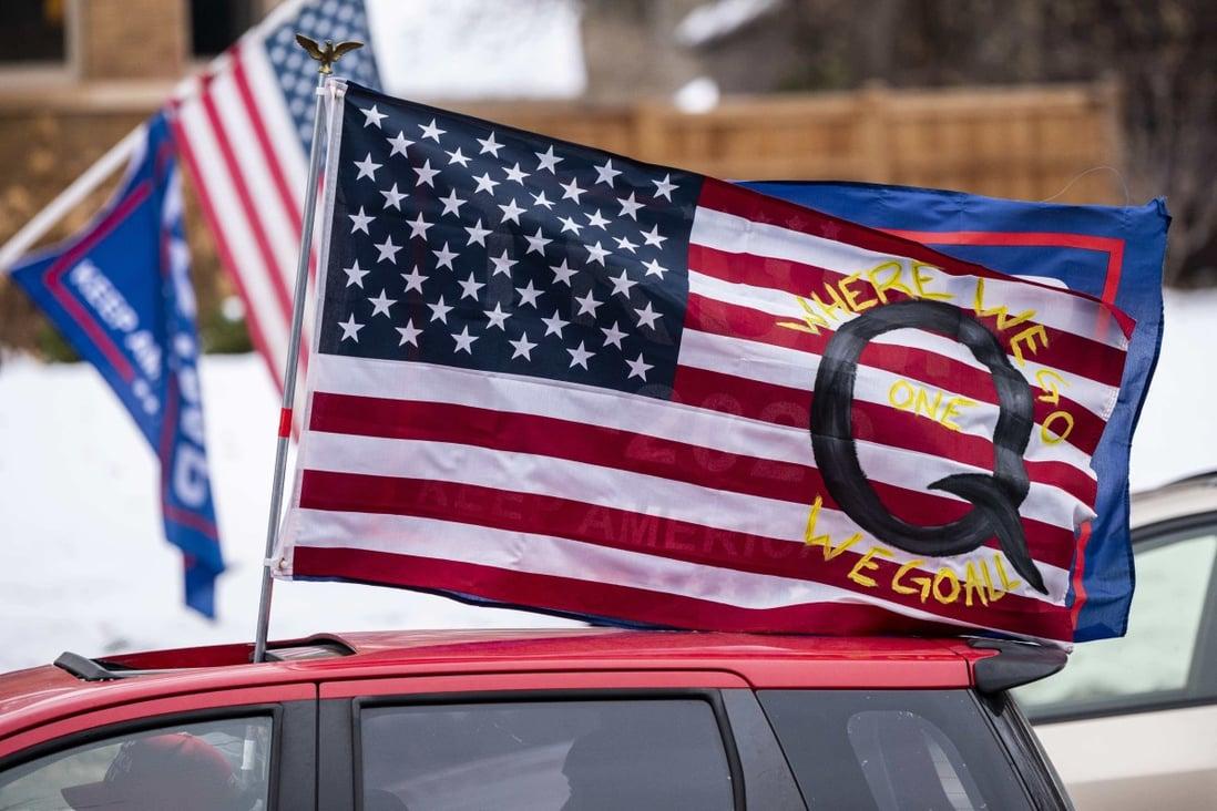 Une voiture avec un drapeau QAnon vue lors d'un rassemblement Trump en novembre.  Photo: Getty Images via AFP