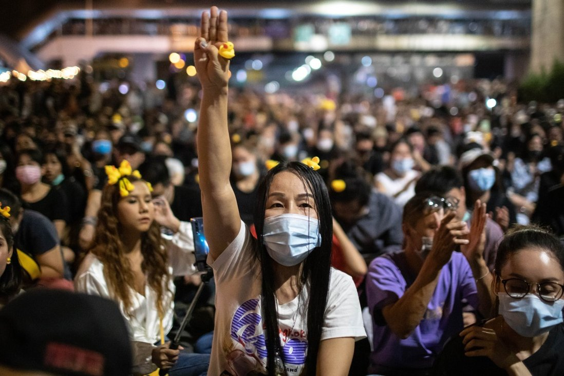 Protesters occupy Bangkok's Lat Prao intersection to demand governmental reforms on November 27, 2020. Photo: ZUMA Wire/dpa