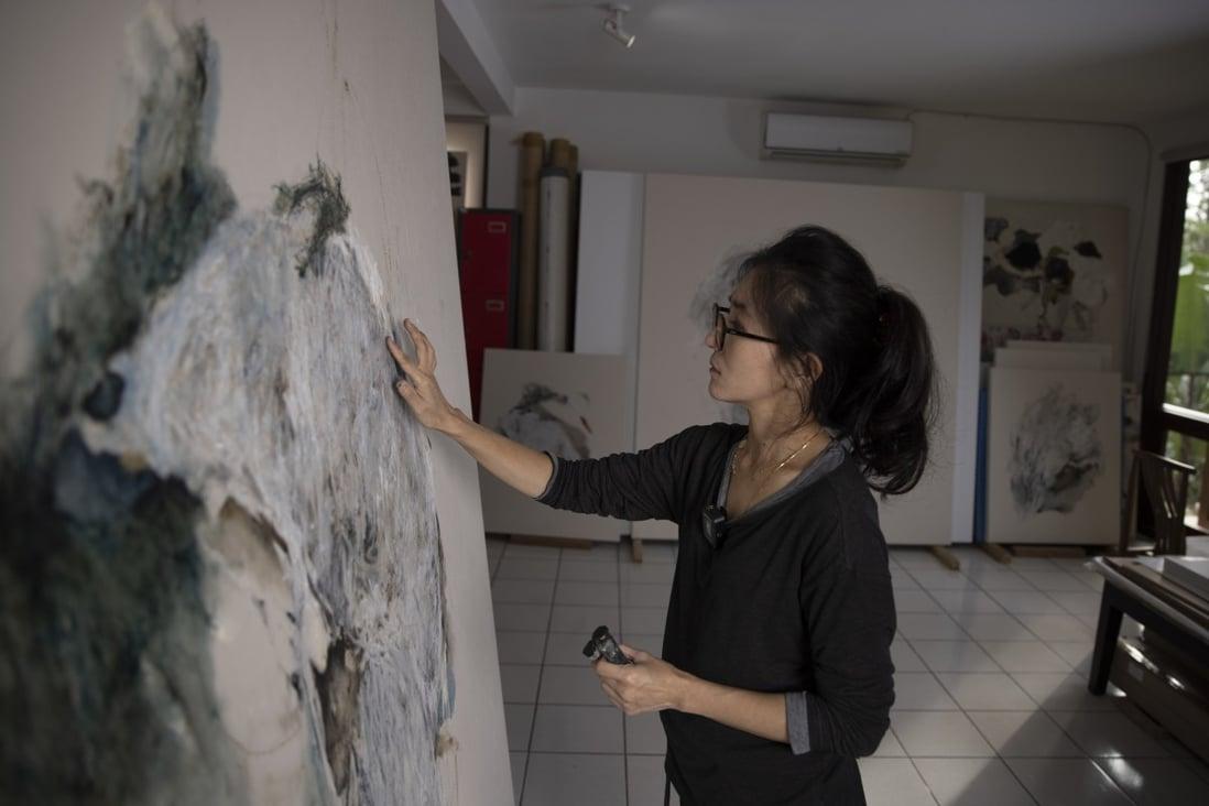 """Christine Ay Tjoe membahas pengalaman pandemiknya untuk pameran tunggal pertamanya di Hong Kong, """"Spinning in the Desert""""  Foto Kubus Putih"""