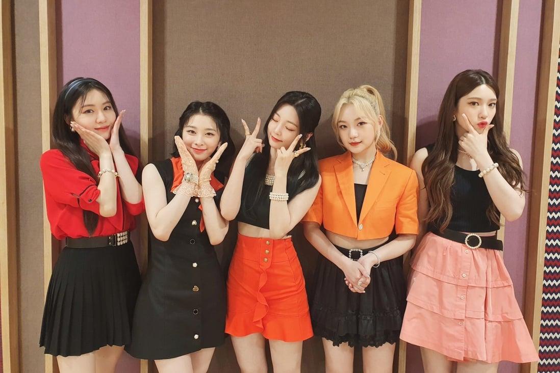 Pukulan Roket  Grup Kpop yang beranggotakan enam orang, untuk sementara waktu turun menjadi lima orang berbicara tentang single Ring Ring mereka