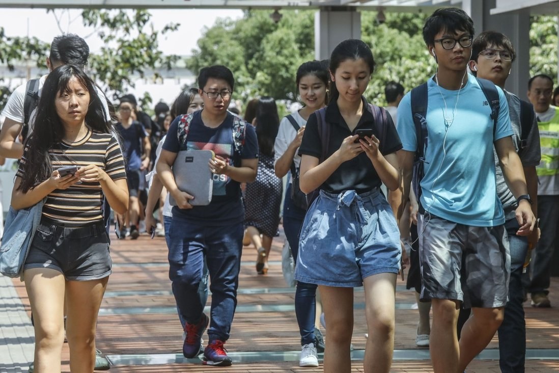 With many companies in Hong Kong cutting jobs and freezing new recruitment, the employment outlook for many of the city's graduates this year looks bleak. Photo: K.Y. Cheng