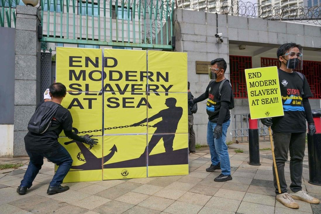 Buruh maritim Indonesia ambil bagian dalam rapat umum di depan kedutaan besar China di Jakarta untuk mengutuk pelanggaran terhadap awak kapal penangkap ikan  foto AFP