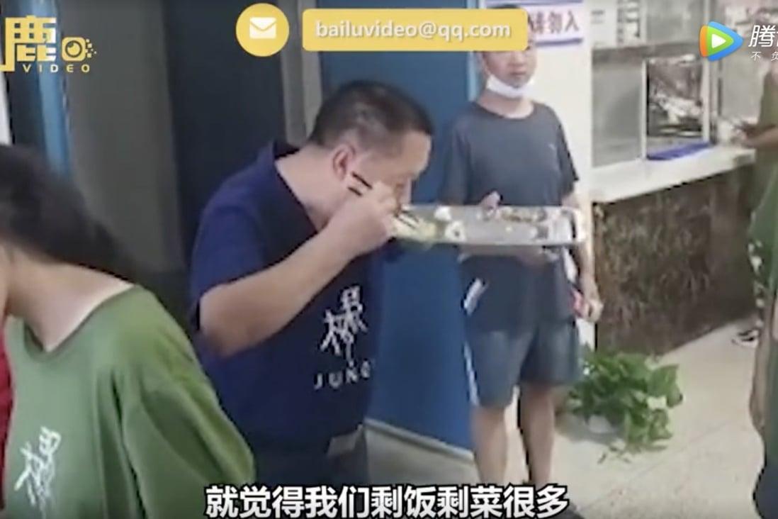"""ครูใหญ่ในภาคกลางของจีนหาอาหารกินเองโดยกินของเหลือของนักเรียนเพื่อพยายามเผยแพร่ความตระหนักเกี่ยวกับเศษอาหาร ภาพถ่าย: """"Baidu"""""""